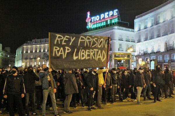 Manifestantes en la Puerta del Sol en apoyo a Pablo Hasél - Sputnik Mundo