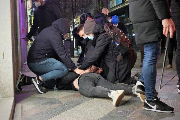 La policía detiene a un manifestante de Madrid en apoyo a Pablo Hasél - Sputnik Mundo