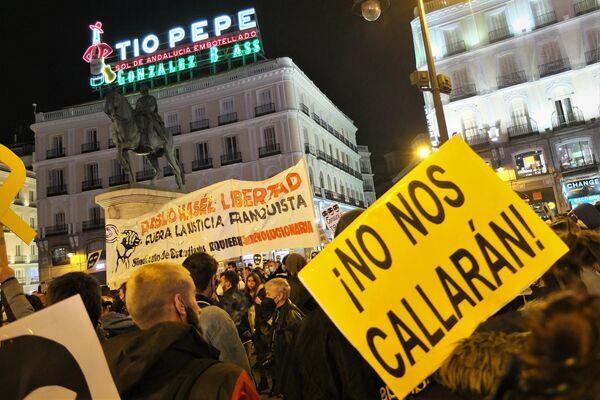 Pancartas en la Puerta del Sol en apoyo a Pablo Hasél - Sputnik Mundo