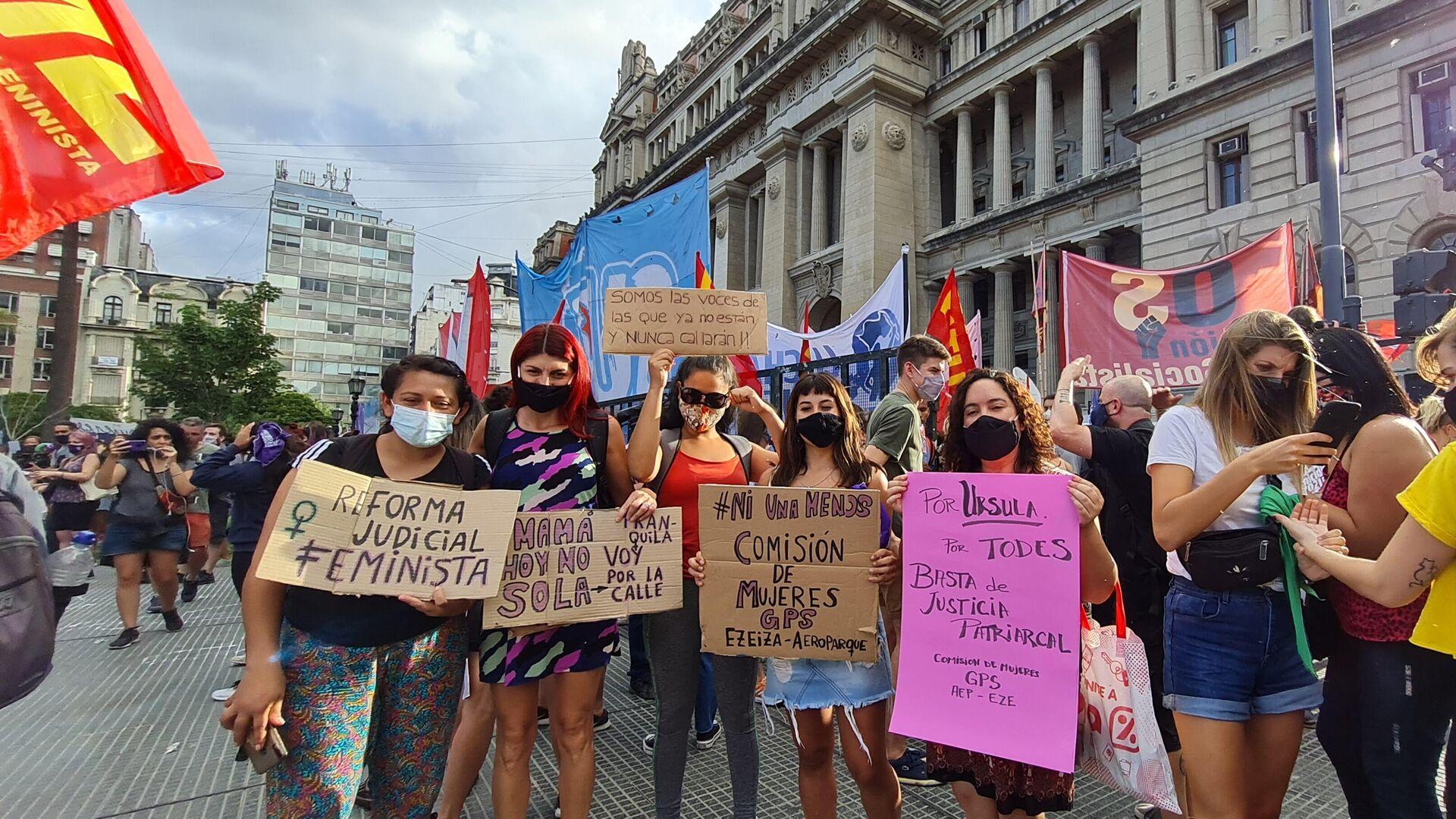 Miles de mujeres reclamaron frente al Palacio de Tribunales para exigir acciones al Estado para frenar los femicidios - Sputnik Mundo, 1920, 17.02.2021