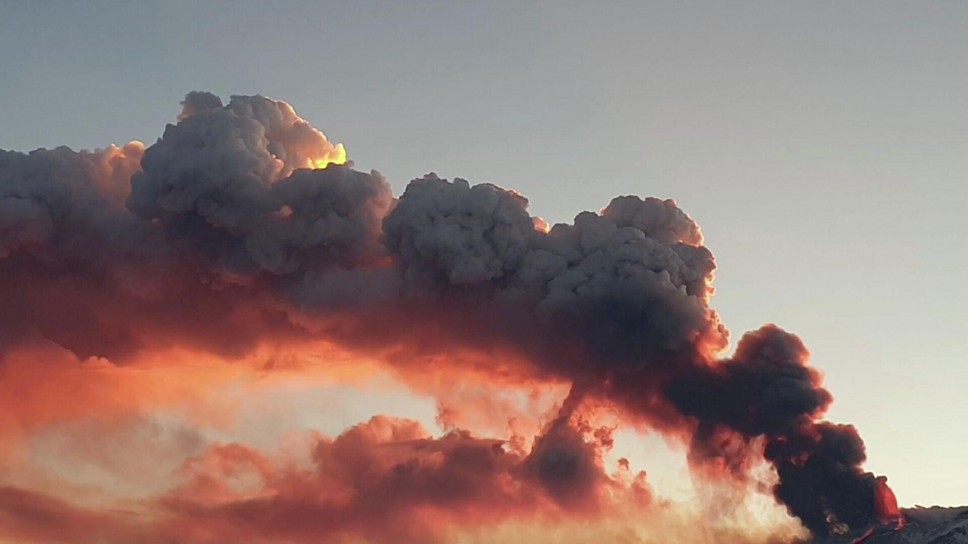 El humo del Etna - Sputnik Mundo, 1920, 18.02.2021