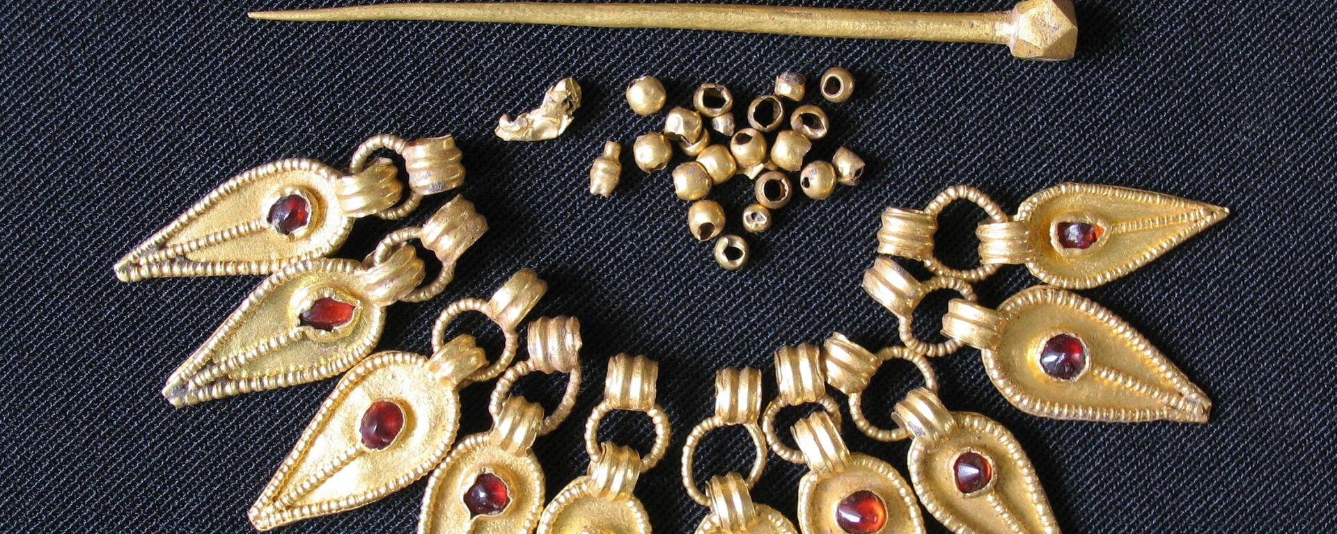 Fotografía de las piezas de un collar y par de agujas procedentes de la sepultura - Sputnik Mundo, 1920, 18.02.2021