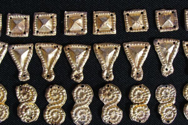 Láminas de oro repujado aparecidas sobre la frente y cuello de la sepultura - Sputnik Mundo