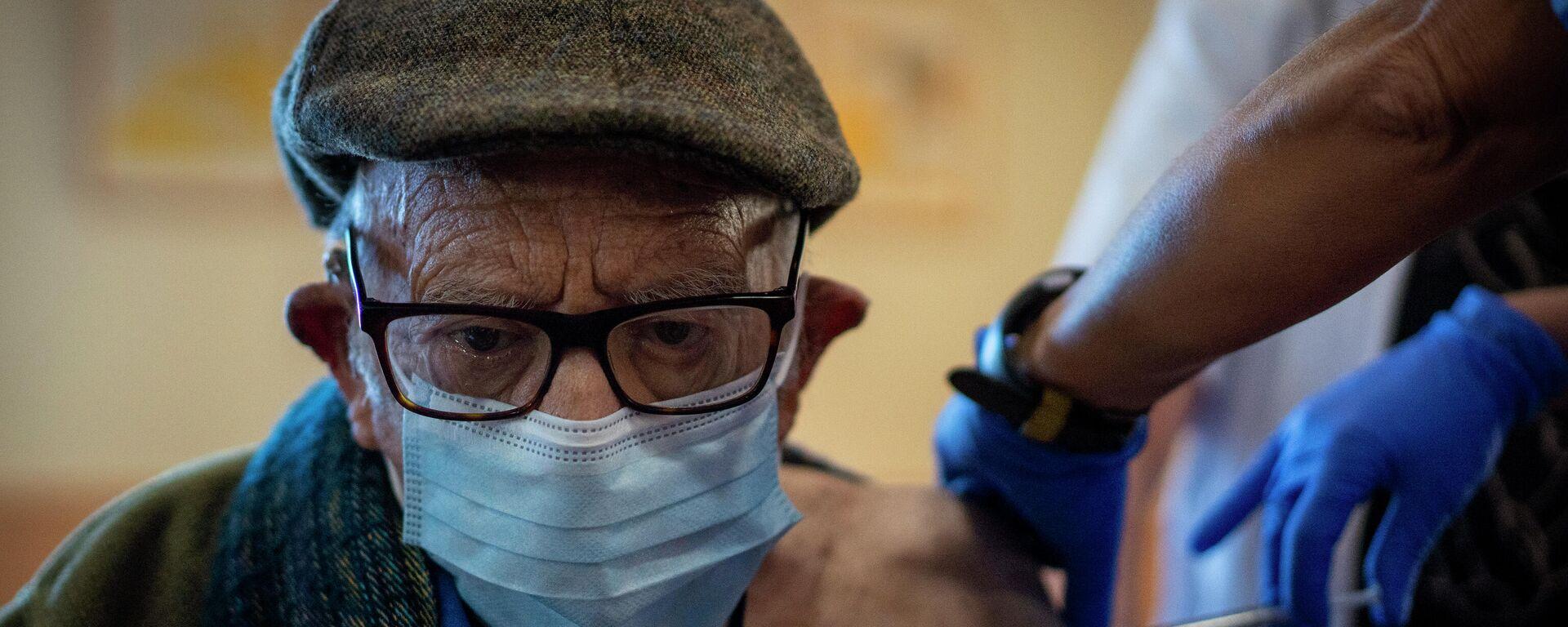 Una enfermera administra la vacuna contra el coronavirus a un anciano de una residencia en Barcelona. 2 de febrero de 2021 - Sputnik Mundo, 1920, 19.02.2021