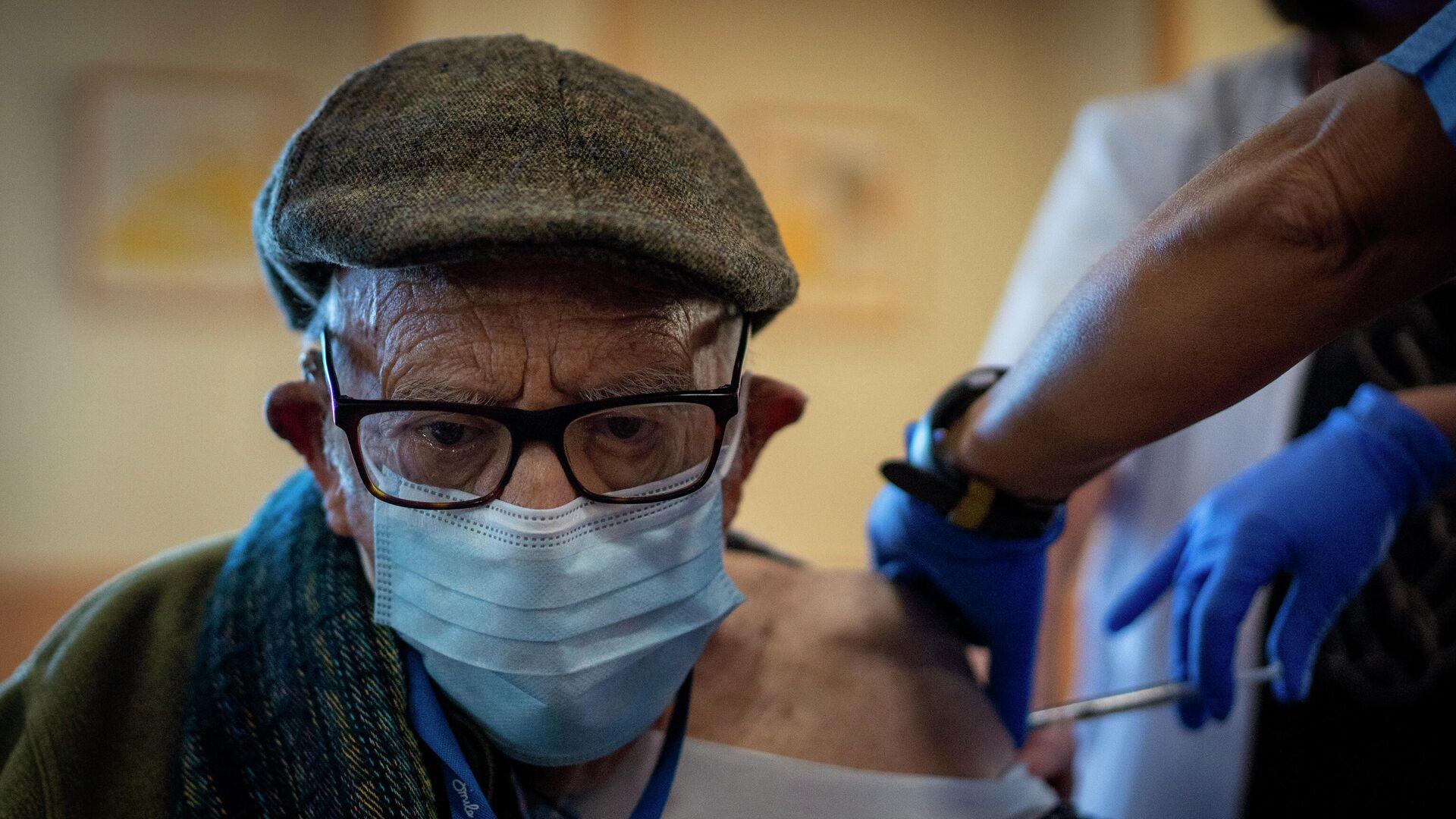 Una enfermera administra la vacuna contra el coronavirus a un anciano de una residencia en Barcelona. 2 de febrero de 2021 - Sputnik Mundo, 1920, 05.10.2021