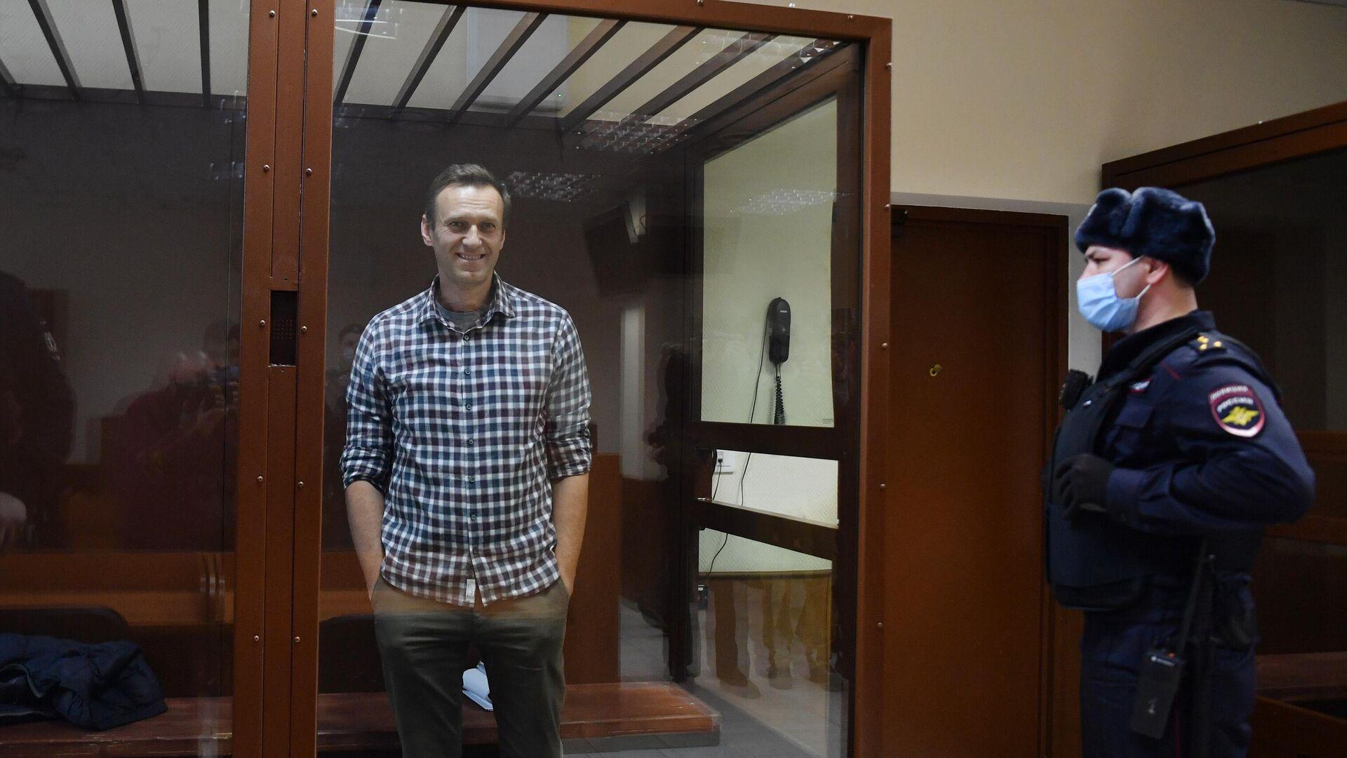 El bloguero opositor Alexéi Navalni en la sede del tribunal Bábushkinski en Moscú - Sputnik Mundo, 1920, 20.02.2021