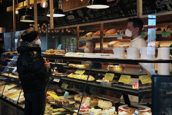 Los empleados siempre están dispuestos a consultar a los visitantes sobre los ingredientes. - Sputnik Mundo