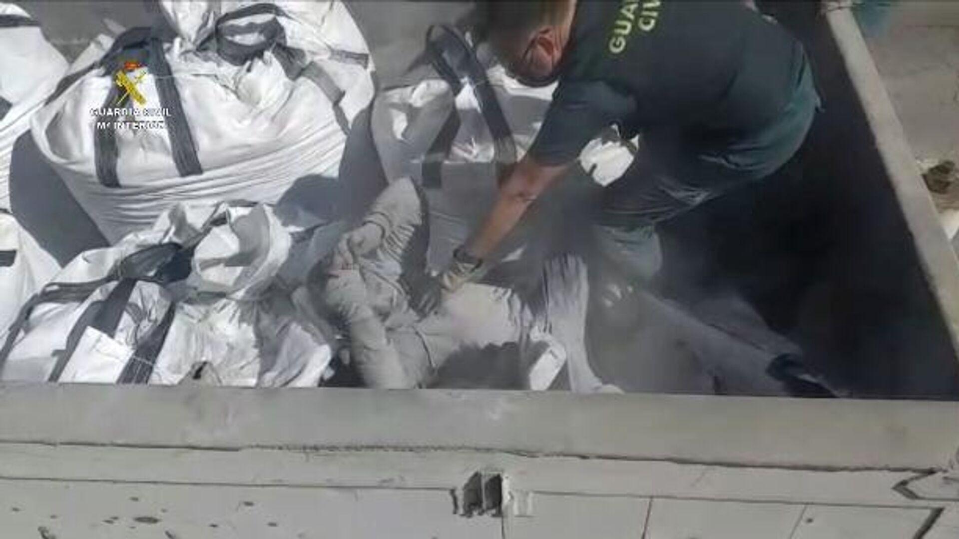 Rescate de un inmigrante enterrado en sacos de cenizas tóxicas en Melilla - Sputnik Mundo, 1920, 22.02.2021