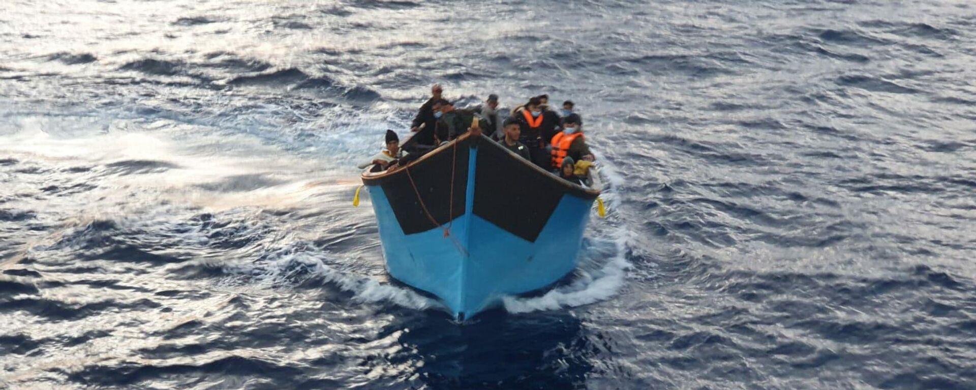 Inmigrantes llegando en patera a las Islas Canarias - Sputnik Mundo, 1920, 26.02.2021