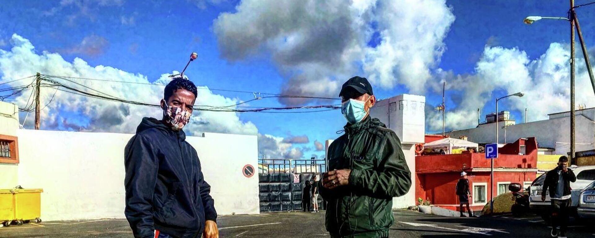 Dos inmigrantes marroquíes frente al campamento de acogida Canarias 50 de Gran Canarias - Sputnik Mundo, 1920, 26.02.2021