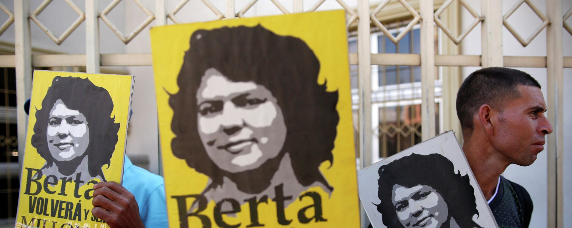 Pancartas con la imagen de Berta Cáceres - Sputnik Mundo, 1920, 02.03.2021