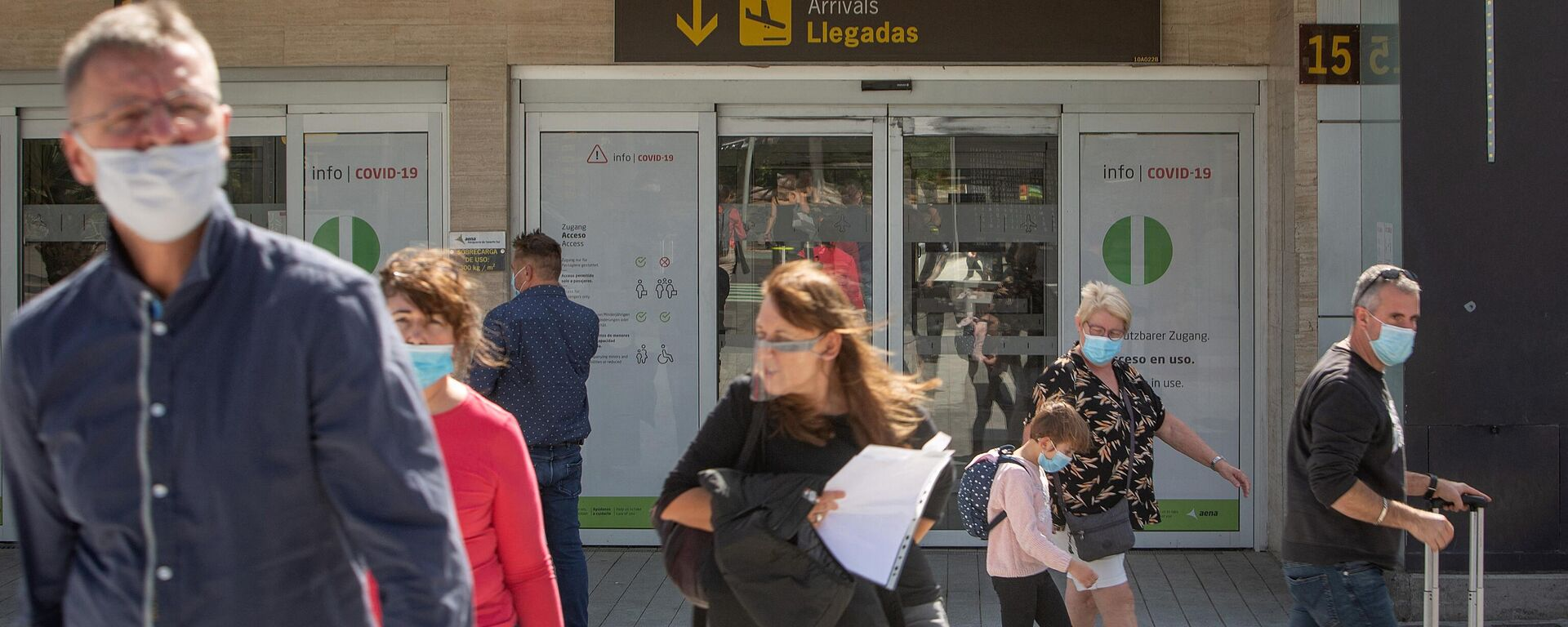 Turistas saliendo del aeropuerto Reina Sofía Tenerife-Sur - Sputnik Mundo, 1920, 03.03.2021