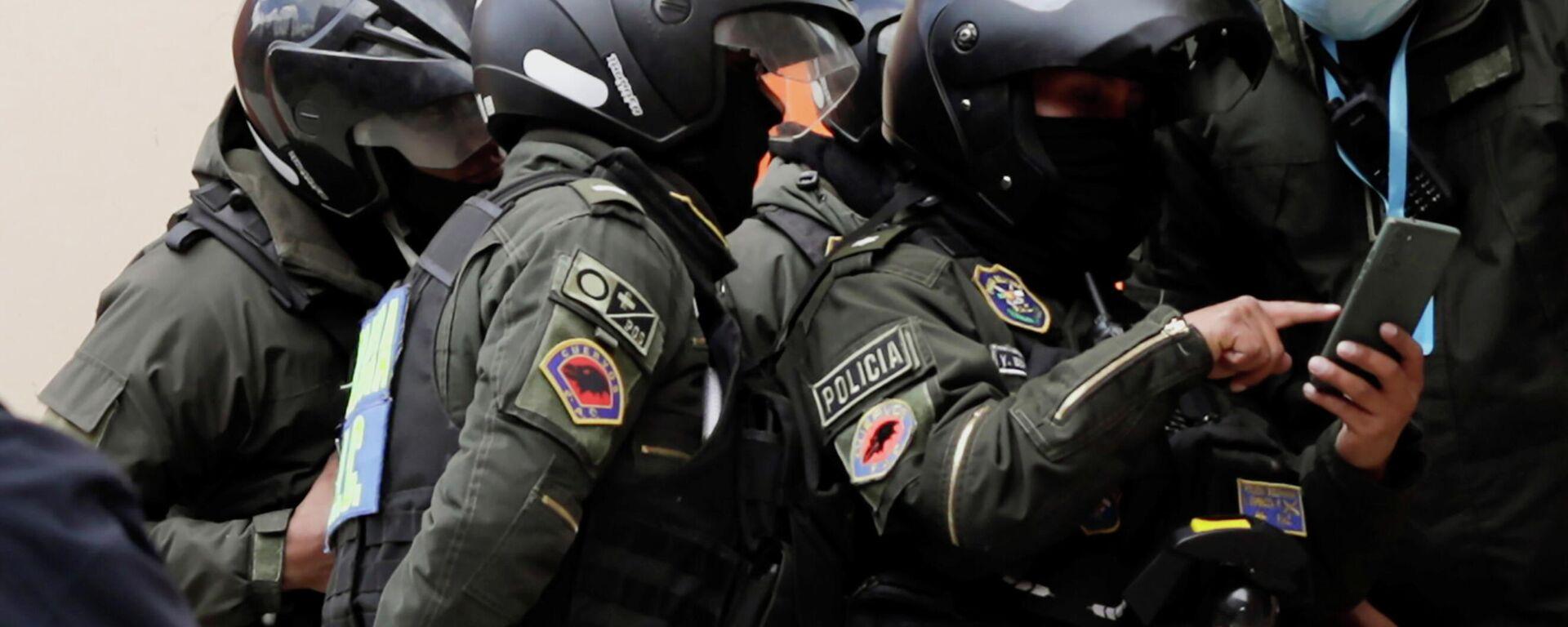 Policías de Bolivia analizan un teléfono celular tras la tragedia en la Universidad Pública de El Alto - Sputnik Mundo, 1920, 03.03.2021