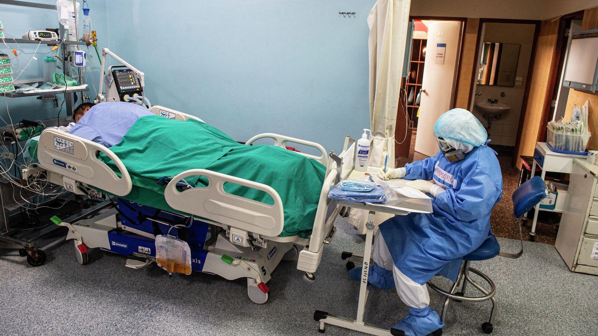 Un médico junto a un paciente con COVID-19 en un hospital de Lima, Perú - Sputnik Mundo, 1920, 22.03.2021