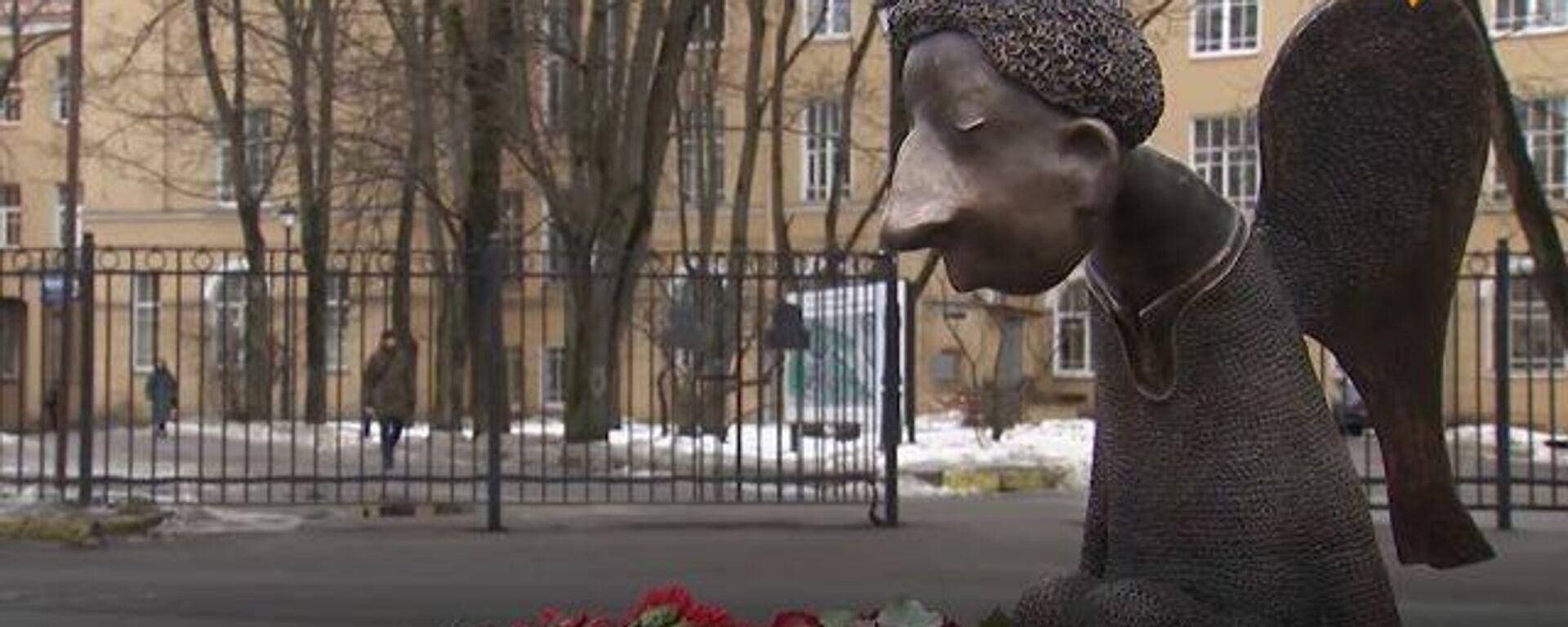 Un 'ángel triste' se instaura en San Petersburgo en memoria de los médicos caídos por COVID-19 - Sputnik Mundo, 1920, 04.03.2021