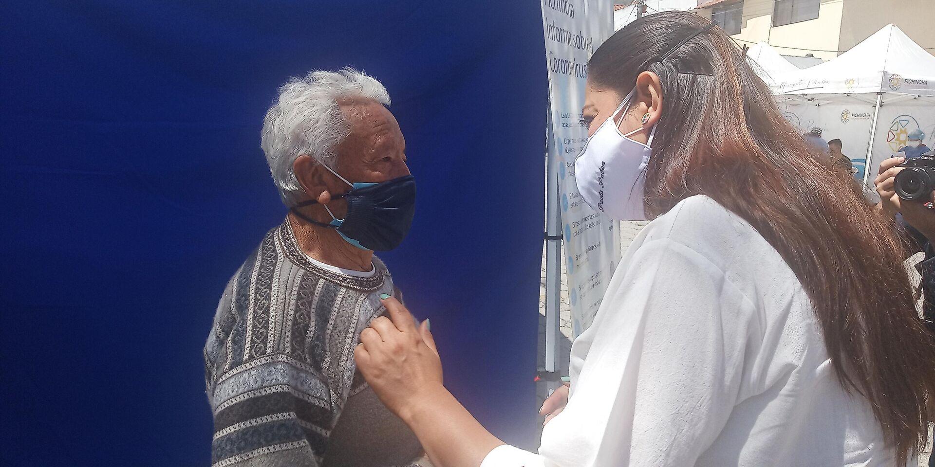 Paola Pabón con una persona que asistió al operativo de salud integral - Sputnik Mundo, 1920, 04.03.2021