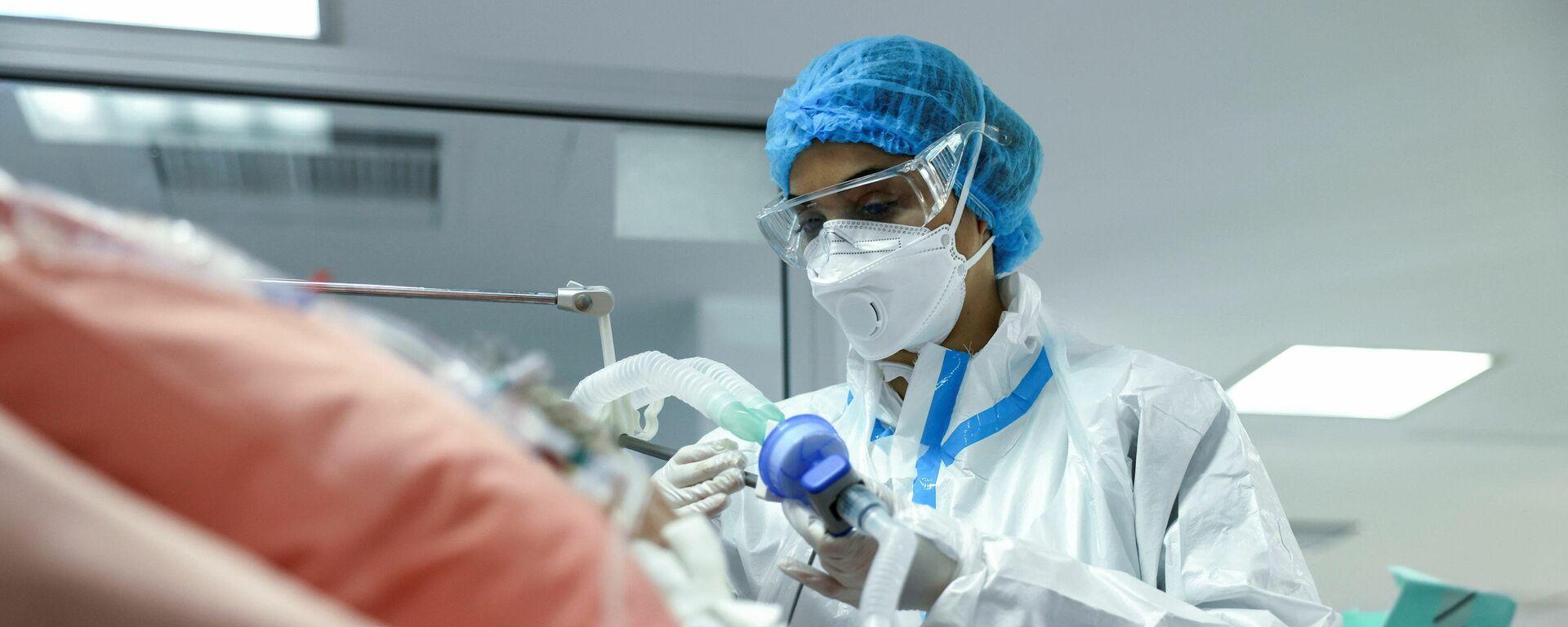 Медсестра в отделении интенсивной терапии в больнице в Афинах, Греция  - Sputnik Mundo, 1920, 06.03.2021