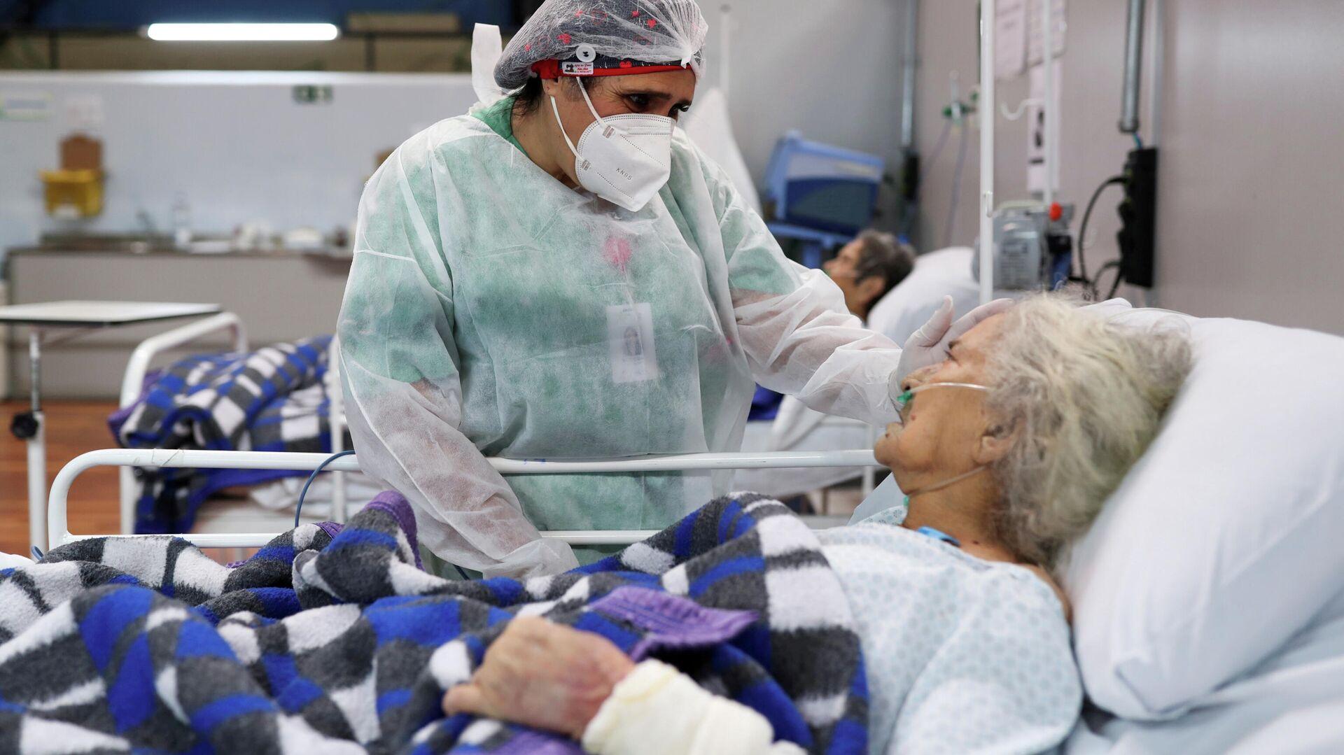 Una enfermera atienda a una mujer de 80 años en el hospital Santo Andre, en Sao Paulo - Sputnik Mundo, 1920, 15.03.2021