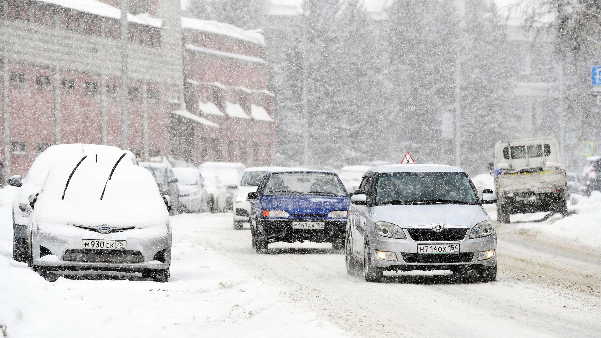 Coches circulan por una carretera en Rusia durante la nevada - Sputnik Mundo, 1920, 05.03.2021