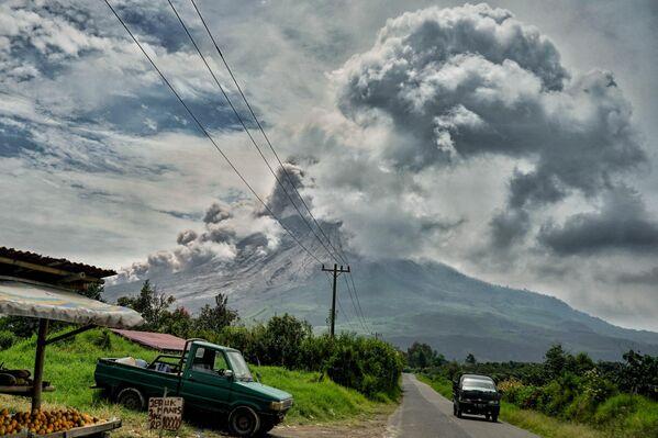 La erupción del volcán Sinabung en Indonesia. - Sputnik Mundo