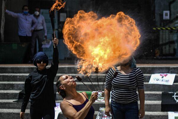 La movilización de las participantes de una protesta contra la violencia sobre las mujeres cerca del ayuntamiento de la demarcación territorial central de Cuauhtémoc, México. - Sputnik Mundo