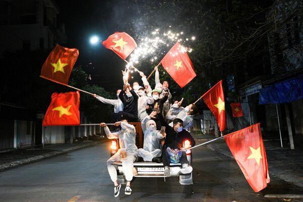 Los habitantes de la ciudad vietnamita de Chi Linh celebran el levantamiento de las restricciones impuestas por la pandemia de COVID-19. - Sputnik Mundo