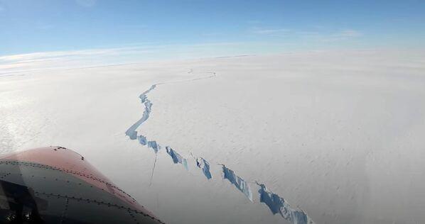 Una grieta en la banquisa de Brunt en la Antártida.   - Sputnik Mundo