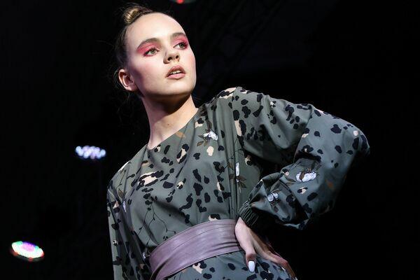 Una participante de la Crimean Fashion Week, celebrada en la ciudad de Yalta del 3 al 7 de marzo. - Sputnik Mundo