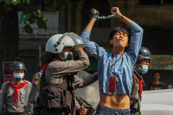 Un manifestante fue detenido por un agente de Policía durante un mitin en la ciudad de Rangún contra el golpe militar en Birmania.  - Sputnik Mundo