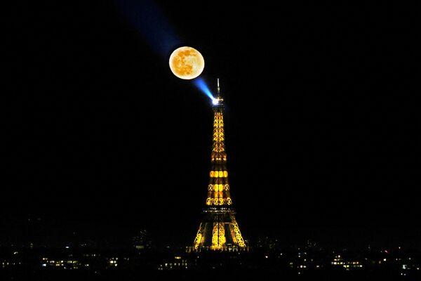 La Luna sobre la Torre Eiffel en París. - Sputnik Mundo