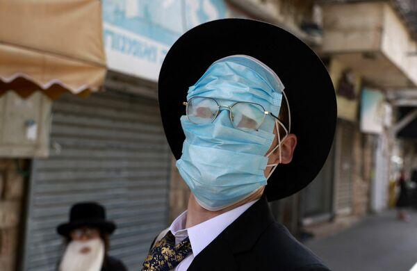 Un hebreo ortodoxo durante las celebraciones de la fiesta de Purim en Jerusalén, Israel.  - Sputnik Mundo