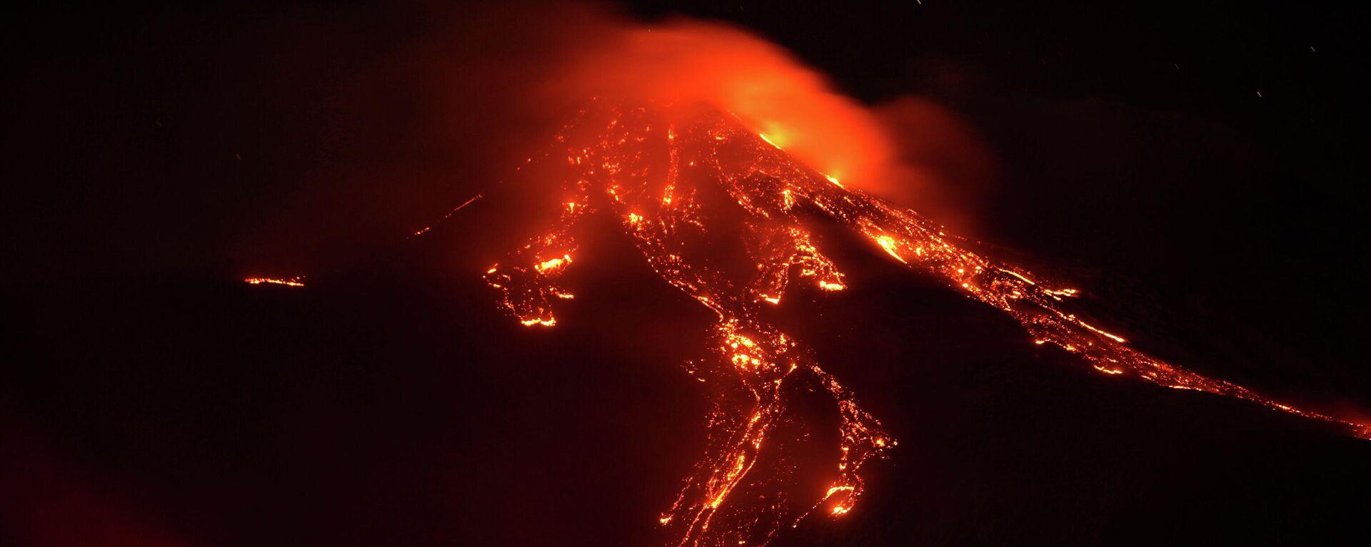 El flujo de lava durante una erupción del monte Etna el 16 de febrero de 2021 - Sputnik Mundo, 1920, 07.03.2021