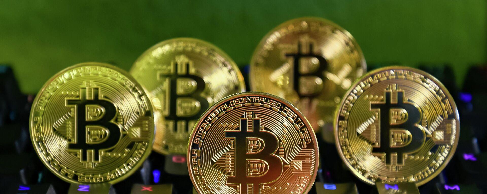 Varias monedas de bitcóin - Sputnik Mundo, 1920, 07.03.2021