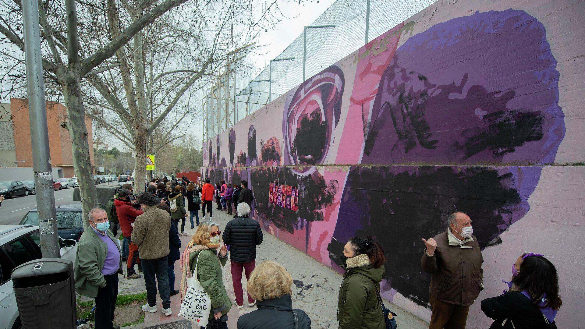 Transeúntes observan el mural feminista de Ciudad Lineal que ha amanecido este 8M, Día Internacional de las Mujeres, completamente vandalizado. Madrid, 8 de marzo de 2021. - Sputnik Mundo, 1920, 08.03.2021