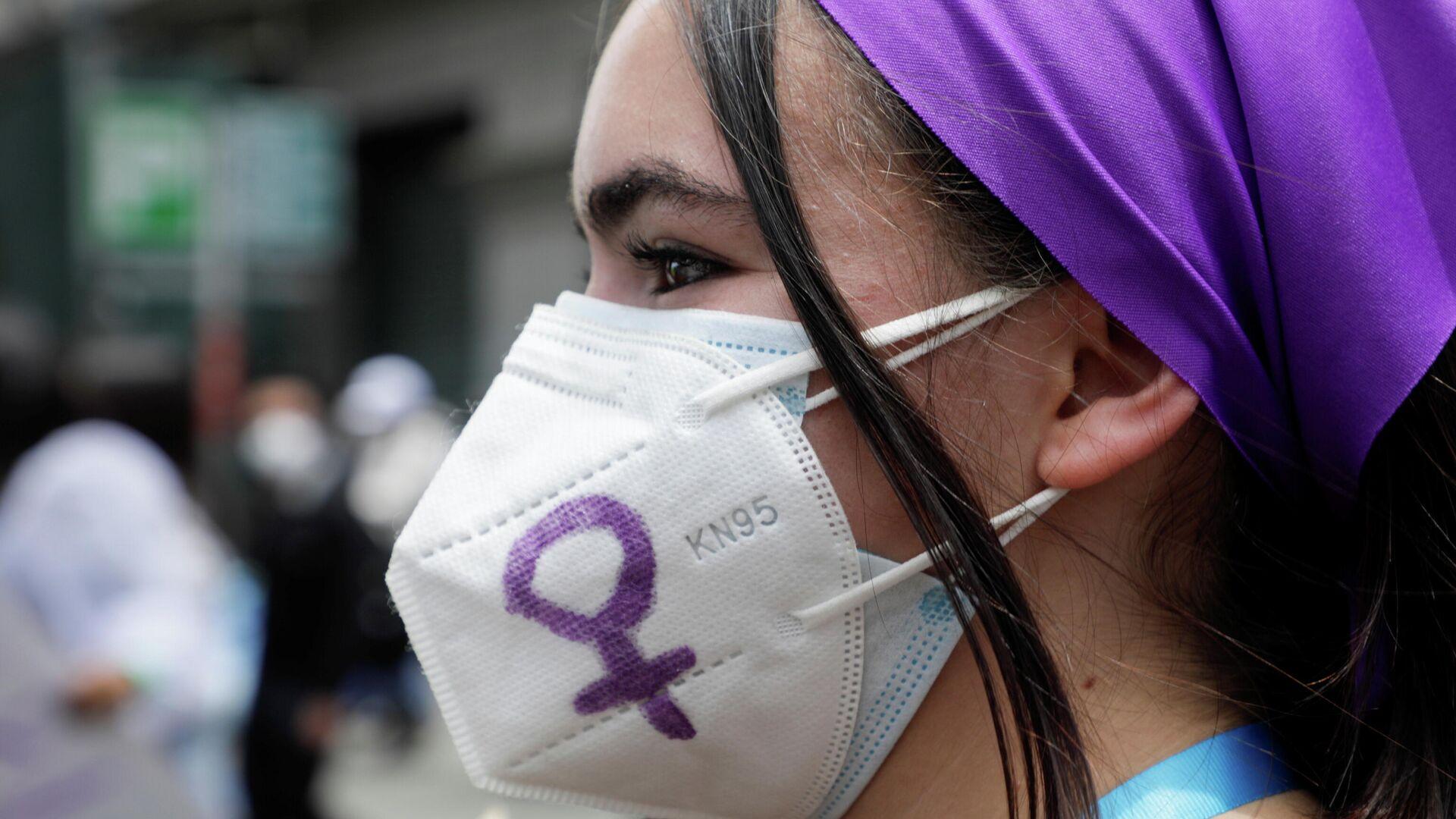 Una mujer durante las protestas en el marco del 8-M en Bolivia - Sputnik Mundo, 1920, 09.03.2021