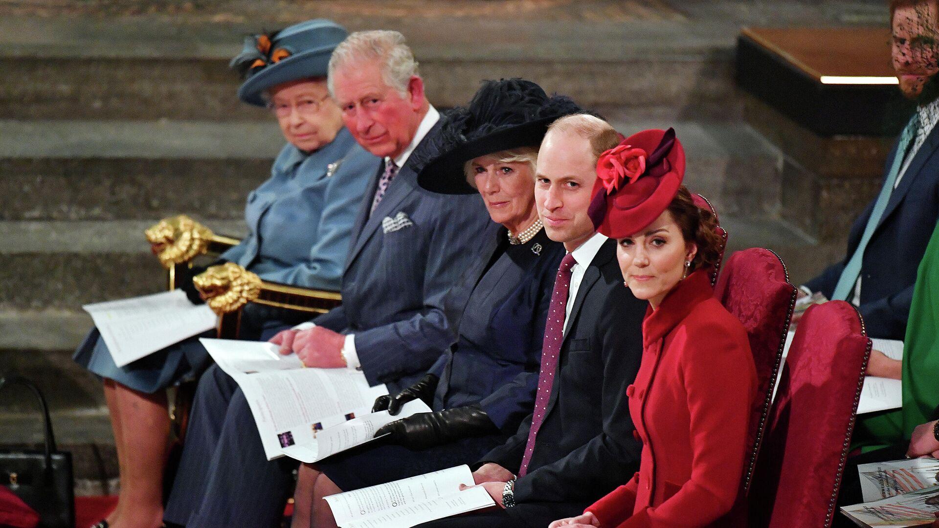 La reina Isabel II, el príncipe Carlos, Camilla, la duquesa de Cornwall, el príncipe William y  Kate Middleton, la duquesa de Cambridge - Sputnik Mundo, 1920, 09.03.2021