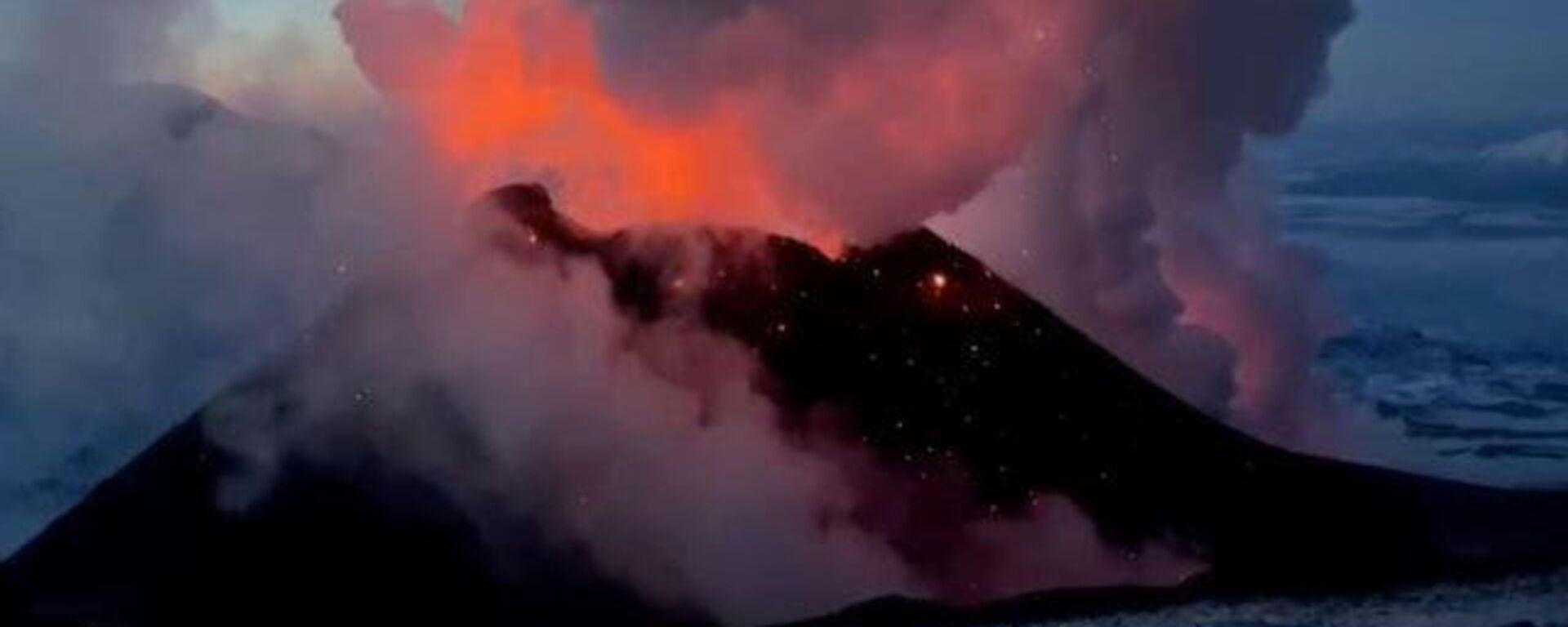 El volcán más alto de Rusia entra en una impresionante erupción - Sputnik Mundo, 1920, 10.03.2021