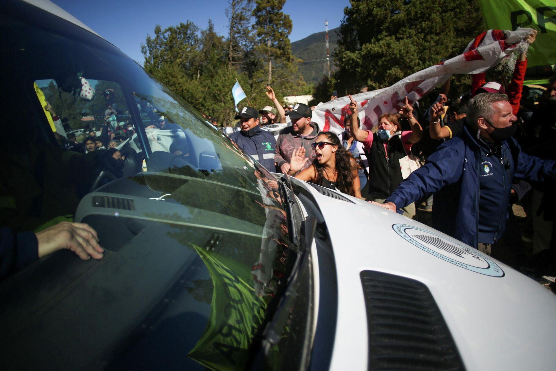 Los manifestantes atacan el vehículo presidencial - Sputnik Mundo, 1920, 13.03.2021