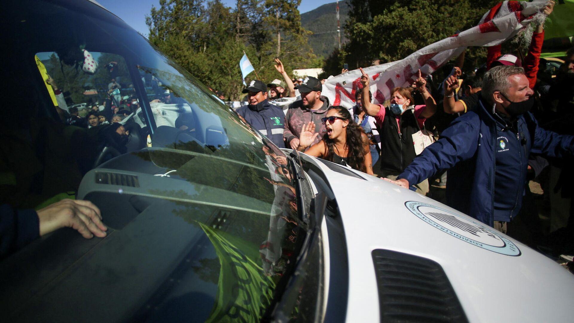 Manifestantes bloquean el paso del coche de Alberto Fernández en Chubut - Sputnik Mundo, 1920, 14.03.2021