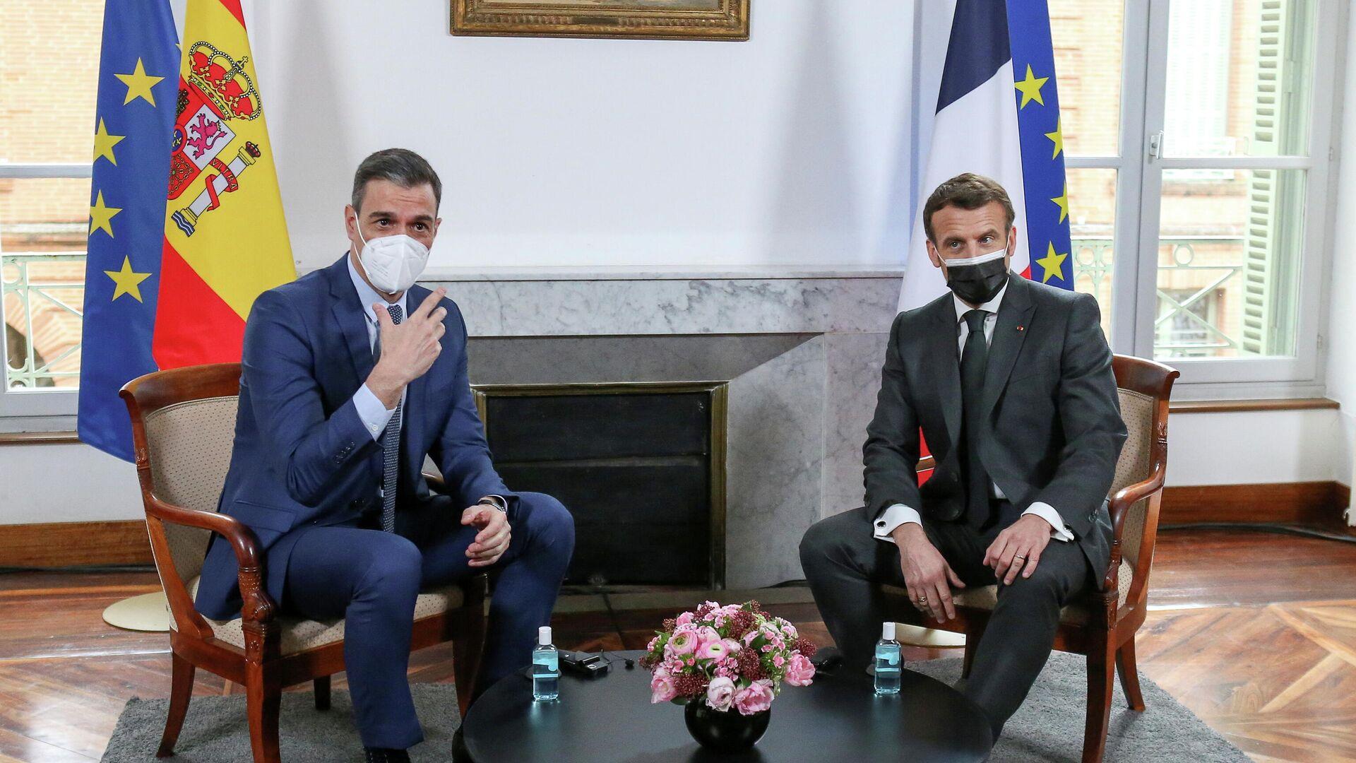 El presidente del Gobierno español, Pedro Sánchez con el mandatario francés, Emmanuel Macron - Sputnik Mundo, 1920, 15.03.2021