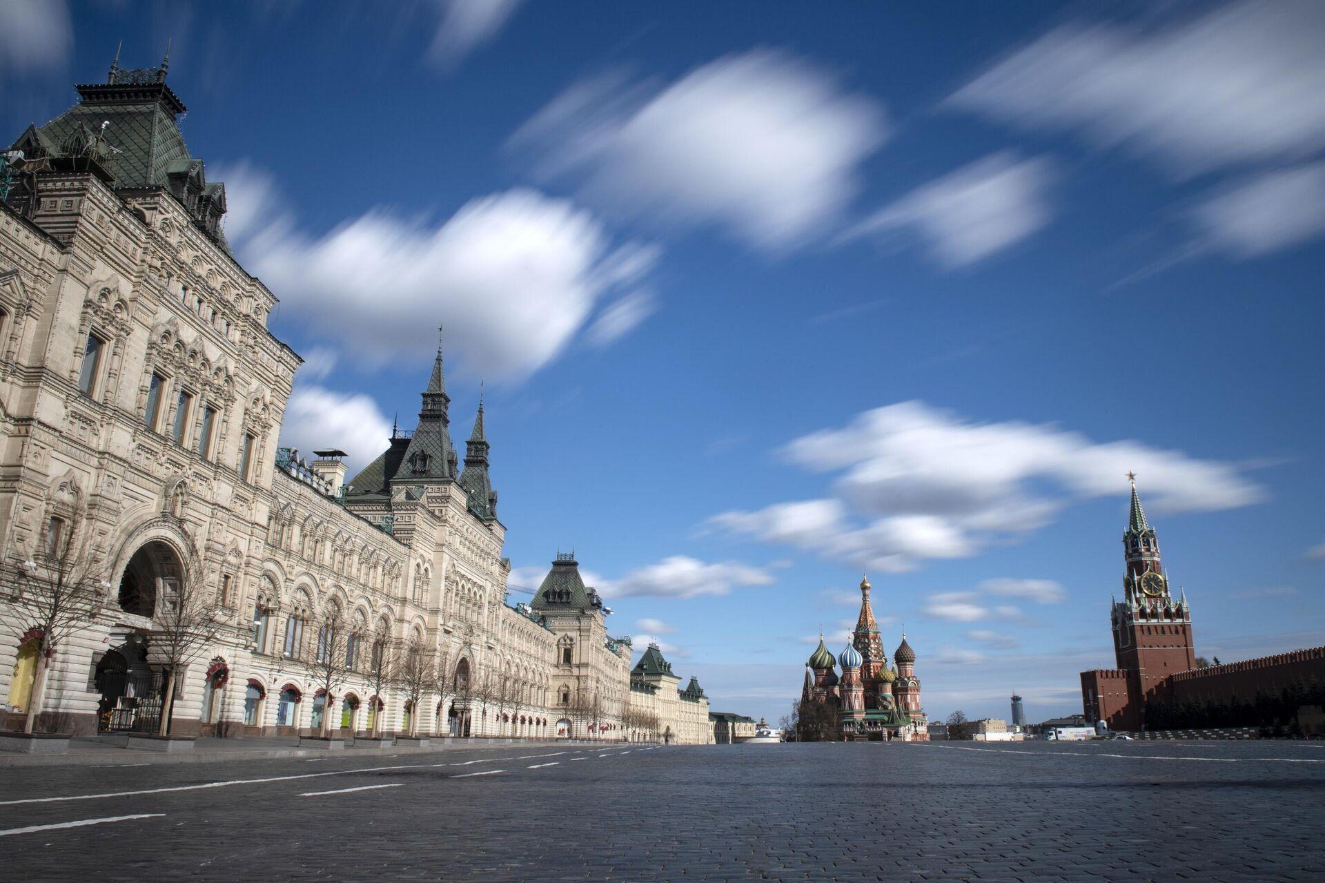 El centro comercial GUM (izda.) en la Plaza Roja de Moscú - Sputnik Mundo, 1920, 15.03.2021