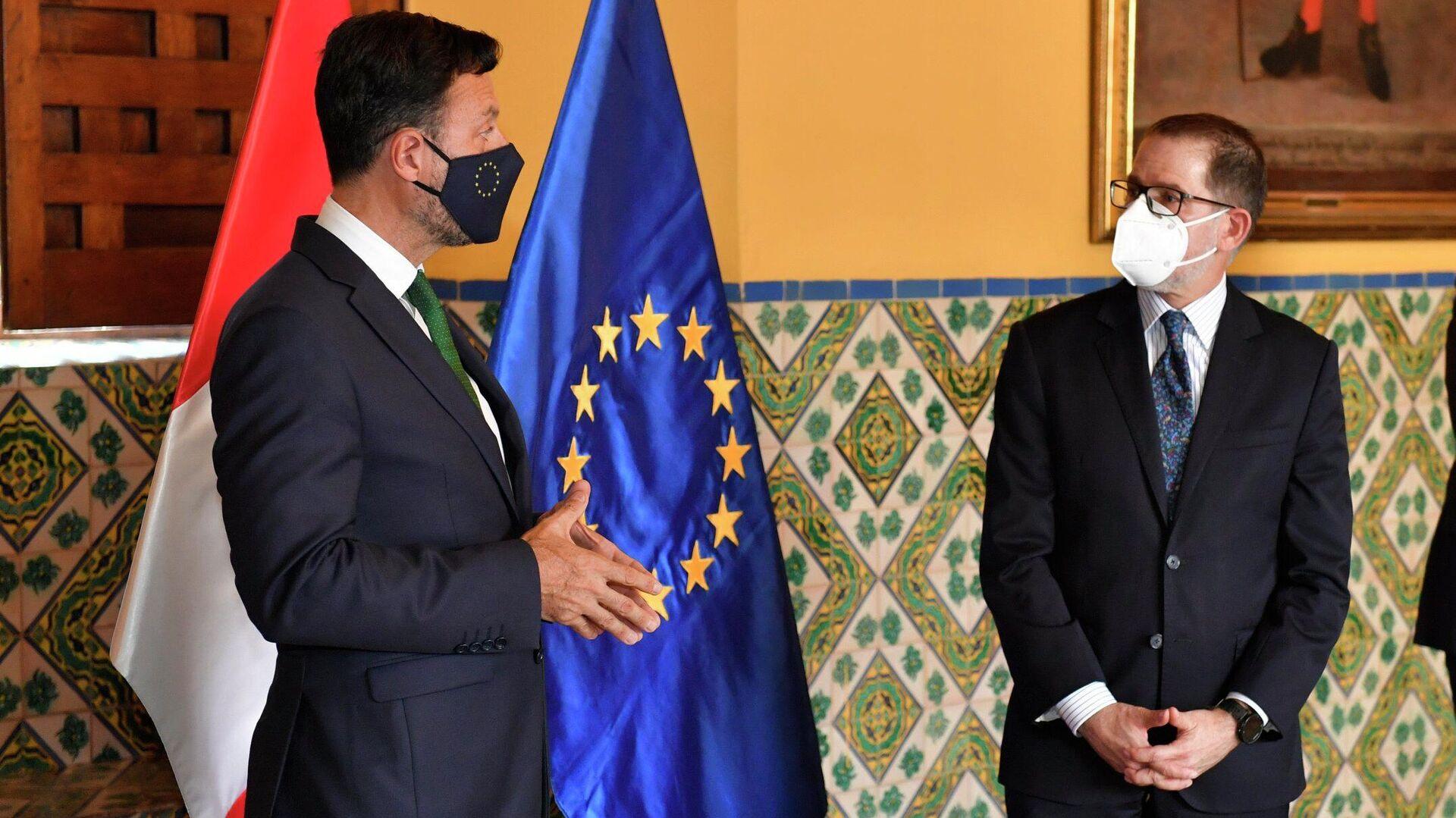 Vicecanciller peruano Ignacio Higueras junto a un miembro de la misión de la UE en Perú - Sputnik Mundo, 1920, 15.03.2021