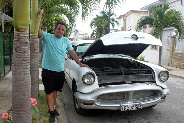 Rosmel Monserrate, junto a su Oldsmobile Super 88 sedan Holiday 1956 - Sputnik Mundo