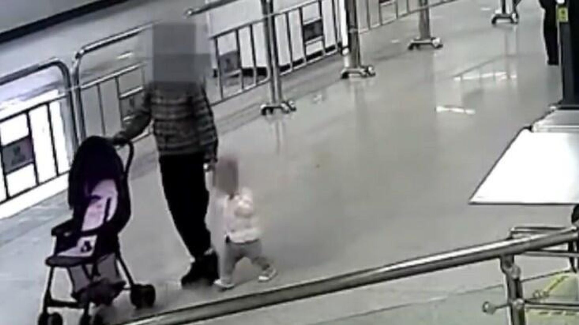 Reacción rápida: un guardia de seguridad chino salva a un niño en una escalera mecánica - Sputnik Mundo, 1920, 16.03.2021