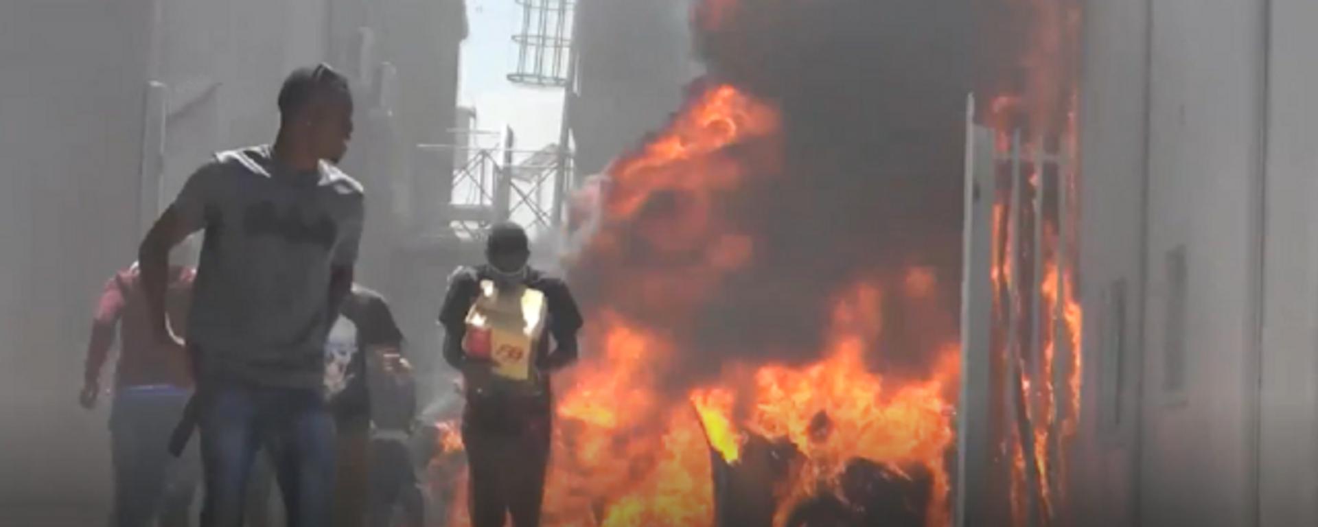 Disparos, gritos y autos quemados: el caos se apodera de la capital de Haití  - Sputnik Mundo, 1920, 18.03.2021