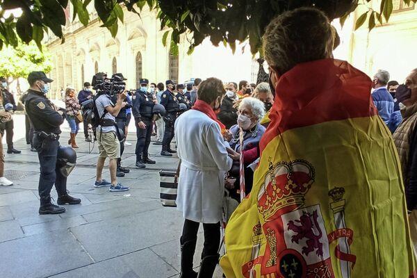 Cordón policial de acceso al no–mitin de VOX - Sputnik Mundo