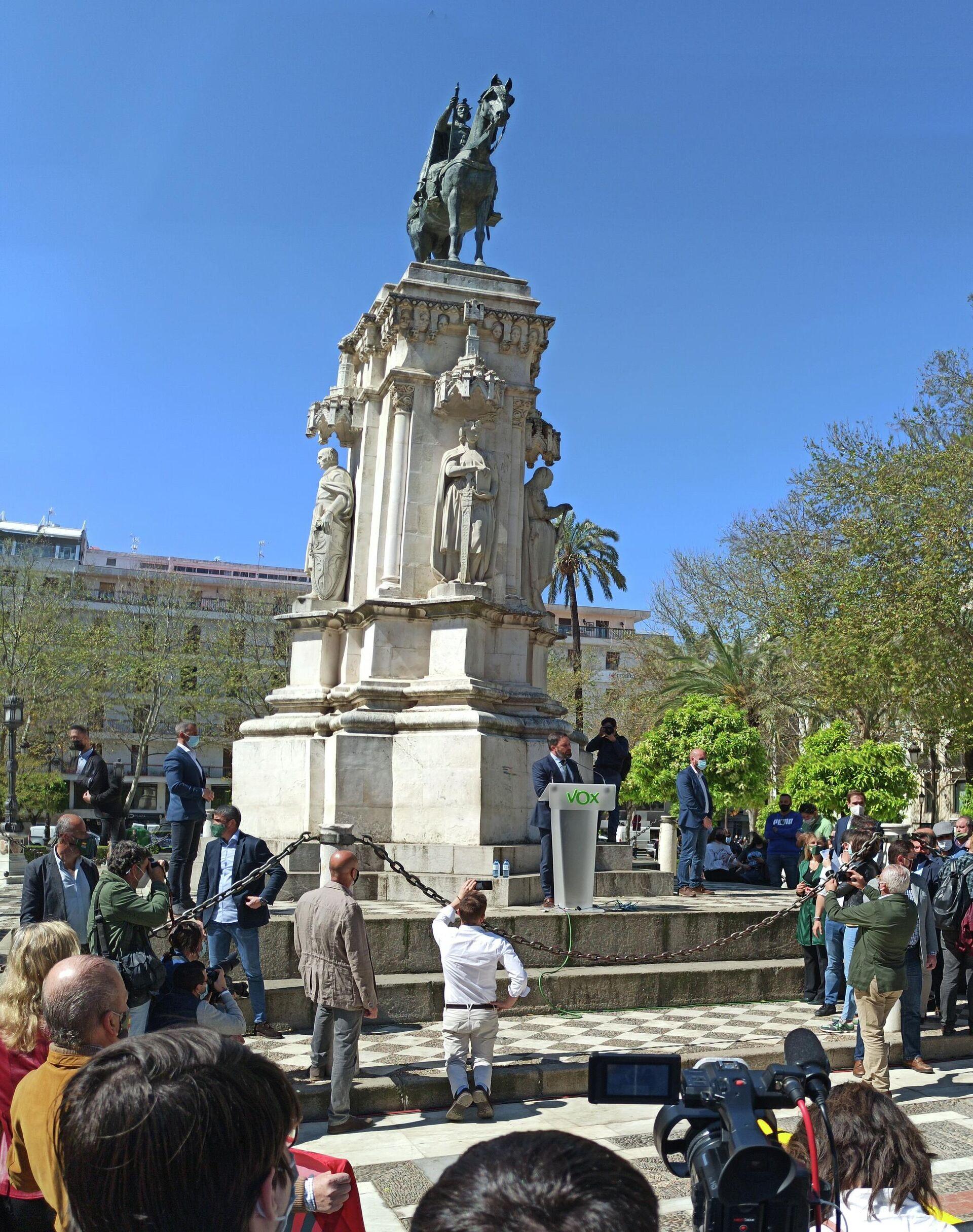 Santiago Abascal bajo la estatua de San Fernando, Sevilla - Sputnik Mundo, 1920, 18.03.2021
