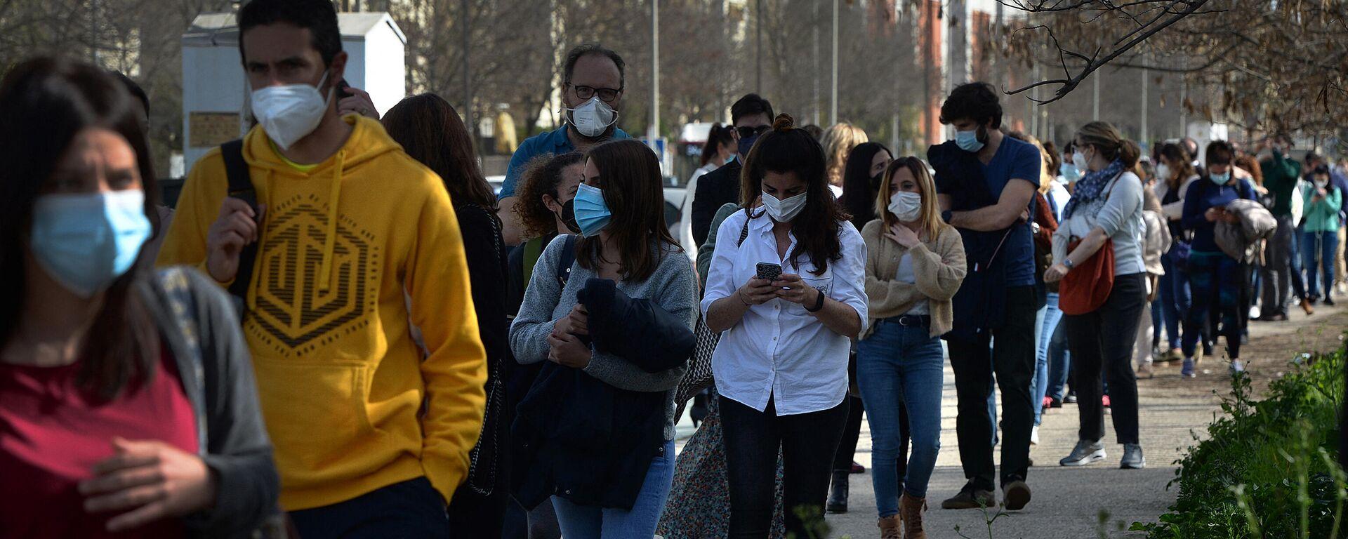 Docentes universitarios hacen cola para vacunarse en Sevilla - Sputnik Mundo, 1920, 18.03.2021