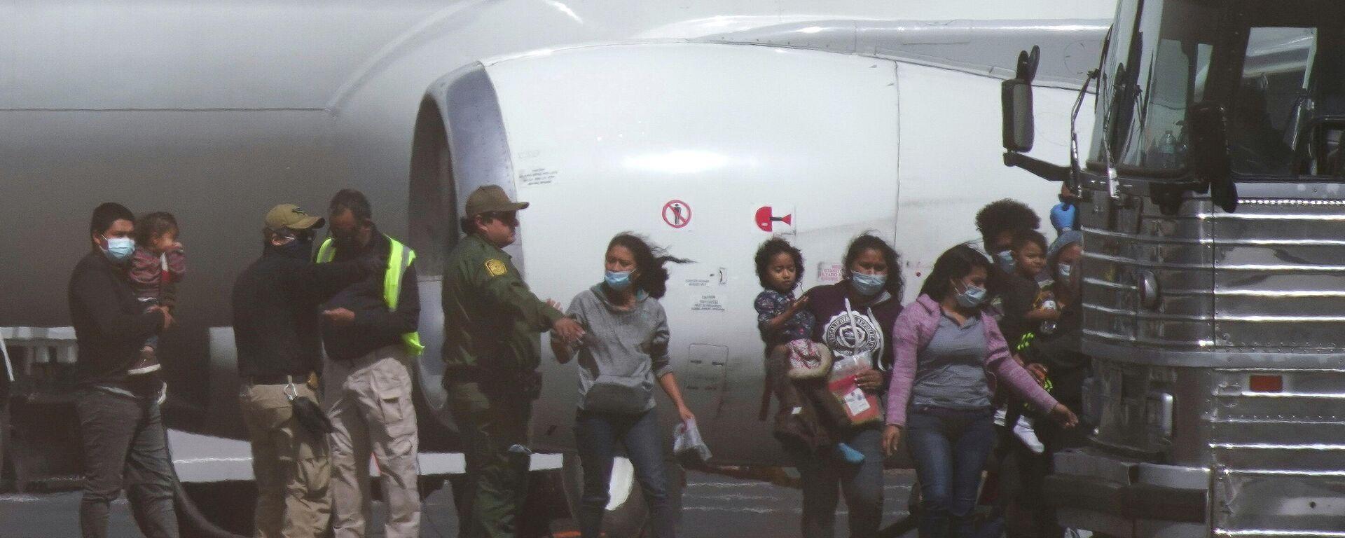 Migrantes llegan en un vuelo fletado a El Paso (Texas) para ser deportados (archivo) - Sputnik Mundo, 1920, 20.03.2021