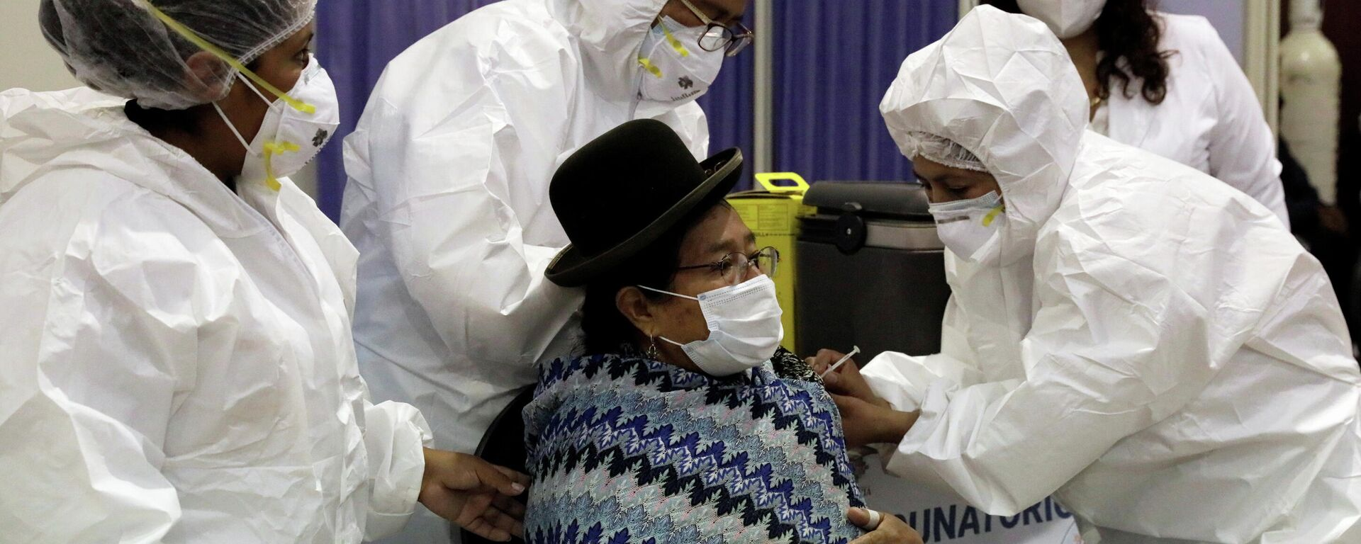 Una indígena Aymara vacunándose contra COVID-19 en La Paz, Bolivia - Sputnik Mundo, 1920, 22.03.2021